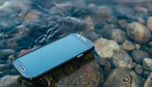 Handy liegt auf einem Stand auf dem Wasser