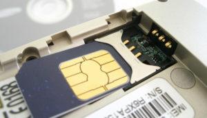 Geöffnetes Handy mit SIM-Karte und IMEI-Nummer