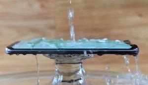 Wasser läuft über ein Smartphone