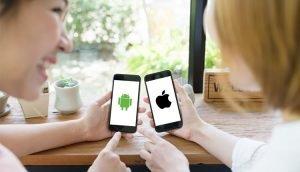 Android-Smartphone und iOS-Smartphone nebeneinander: So gelingt der Umzug von Android zu iPhone