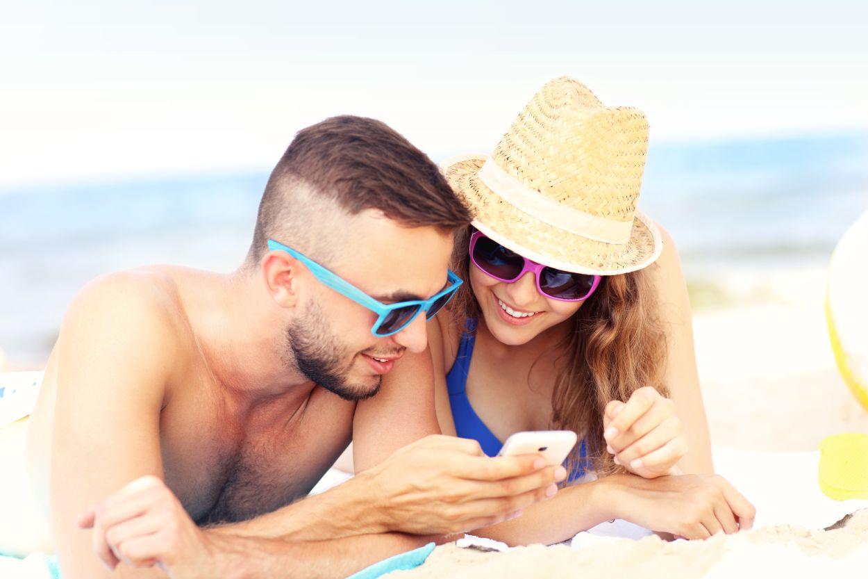 Handynutzung am Strand/ im Urlaub