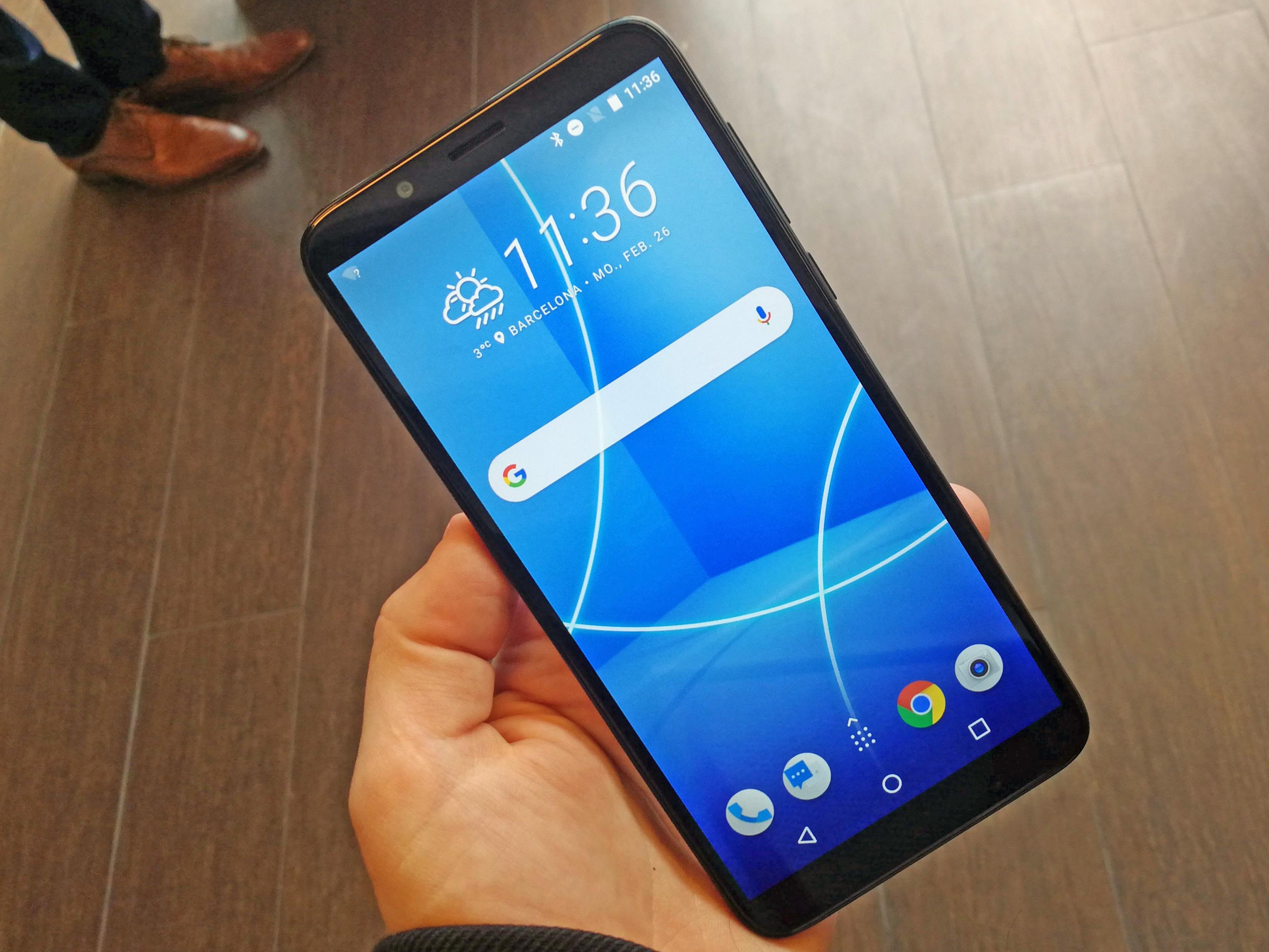 In der Hand: Vorderansicht des HTC Desire 12
