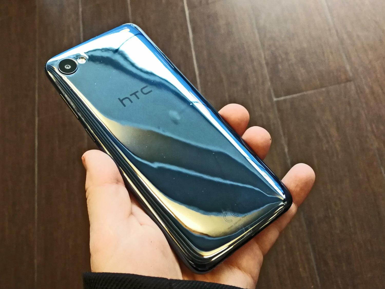 Das HTC Desire 12 wirkt in der Hand nicht zu groß