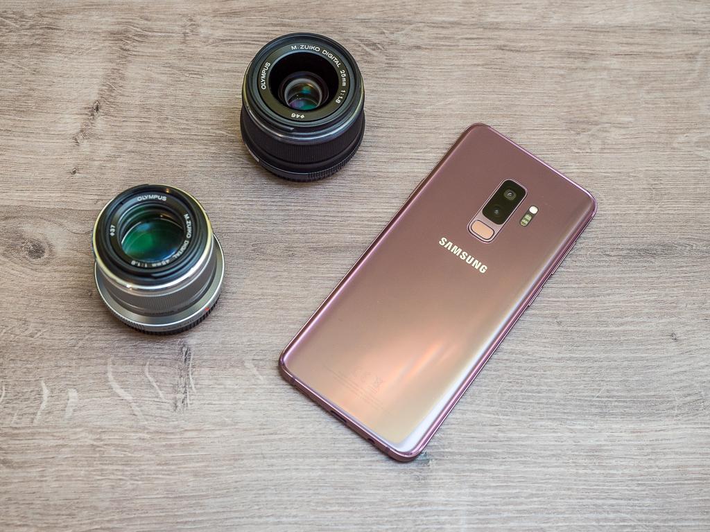 Samsung Galaxy S9+ in Lilac Purple und zwei Linsen daneben (Symbolisch)