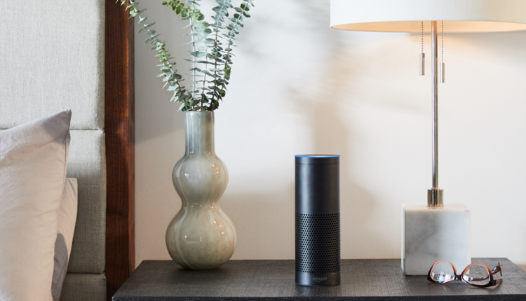 Amazon Echo Plus mit Amazon Alexa, Black auf Nachttisch