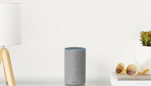 Amazon Light Grey Echo auf Schreibtisch