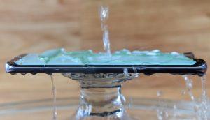 Wasserstrahl auf Handy