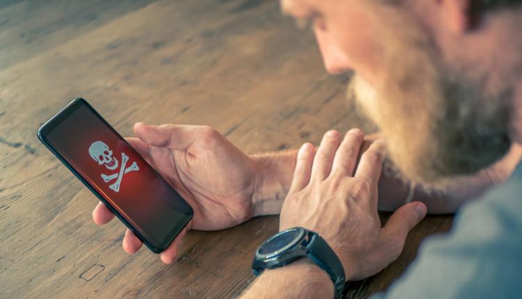 Mann mit Handy, das einen Virus hat