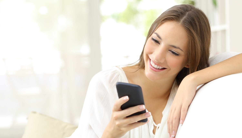 Frau surft mit dem Smartphone