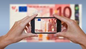 Handy, das einen 10 Euro Schein abfotografiert