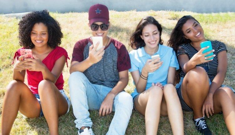 Gruppe junger Menschen mit Smartphones