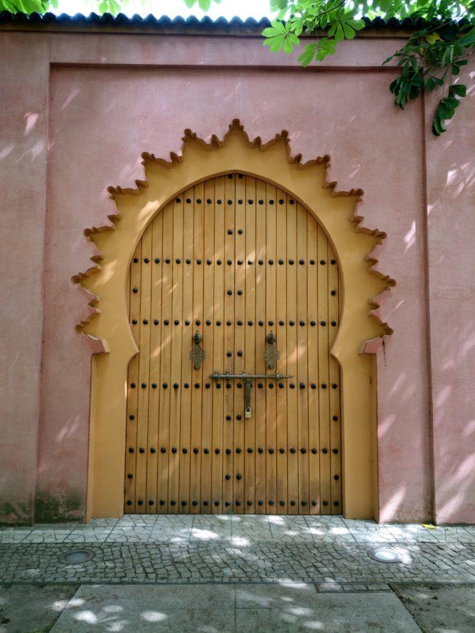 Foto eines Tores neben rosa Wand