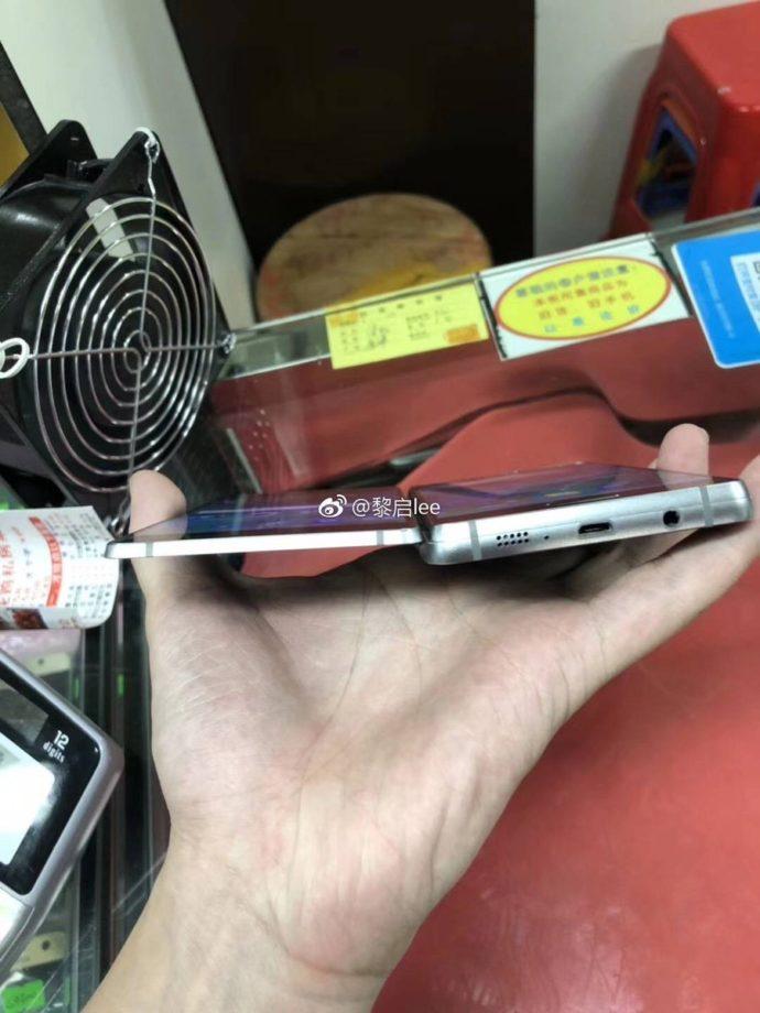 Samsung Galaxy Fold Prototyp seitlich von unten