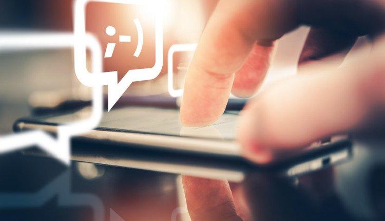 Smartphone und Chat-Symbole