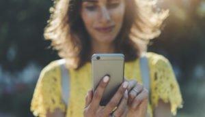 Junge Frau nutzt ihr Smartphone