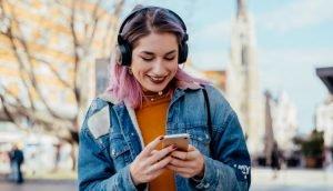 Junge Frau surft auf dem Handy