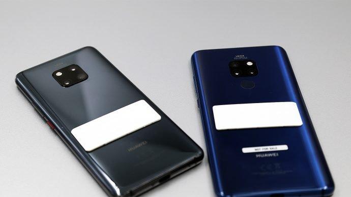 Huawei Mate 20 Pro in Schwarz und Blau