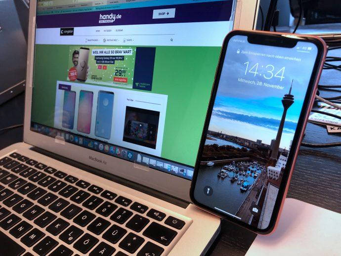 PopSocket als Handyhalterung am Mac Book Air - FRONTansicht