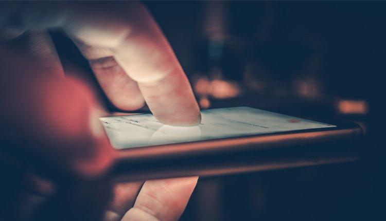 Smartphone Nahaufnahme. Google entfernt 13 virenverseuchte Apps aus dem Play Store