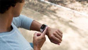 Mann führt EKG mit Apple Watch durch - Die EKG-Funktion der Apple Watch 4 bliebt hierzulande gesperrt