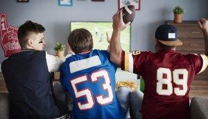 NFL-Fans schauen ein Football-Spiel