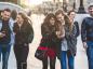 Gruppe von Freunden die mit Ihren Smartphones in London